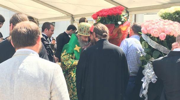 Новинський у церковному вбранні привітав Онуфрія з іменинами