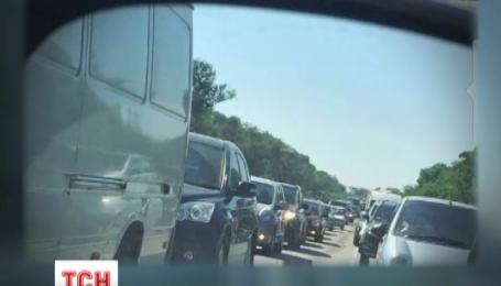 Авария грузовиков вызвала километровый затор на трассе Одесса-Киев