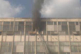 У Харкові сильна пожежа знищила цех текстильного підприємства