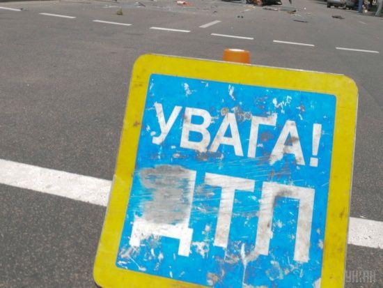 На Київщині вантажівка розчавила легковик, жінка-водій загинула