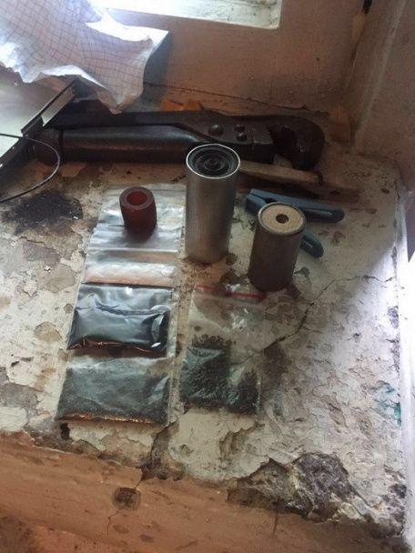 У Миколаєві військовий із товаришем виготовляли вибухівку, замасковану під флешки та мобілки