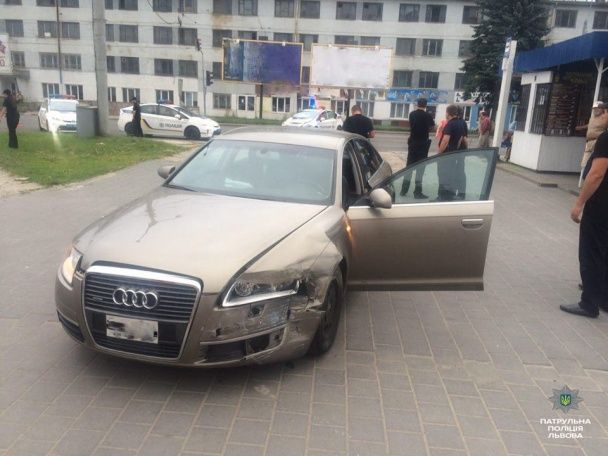 У Львові п'яний водій протаранив авто патрульних, втікаючи від поліції