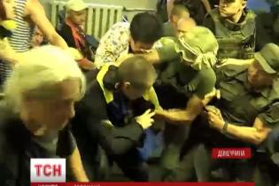 """Після масової бійки поліції з """"Правим сектором"""" маріупольський суд оголосив перерву"""