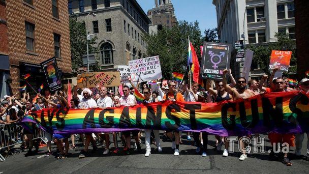 У Нью-Йорку жертв Орландо згадали яскравим та гучним гей-парадом