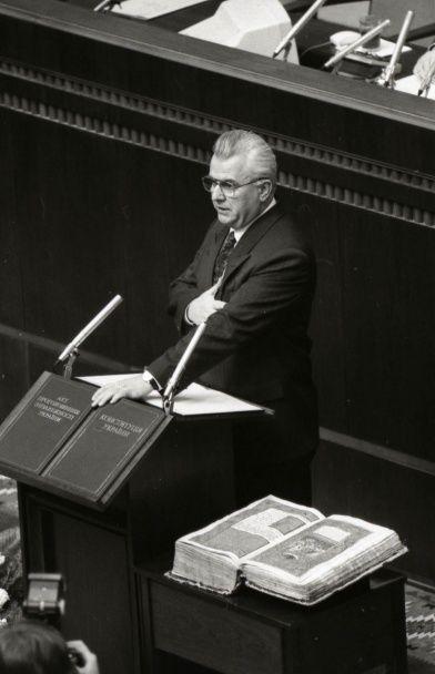 20 років клятв на Конституції. Президенти, які присягали на вірність Україні