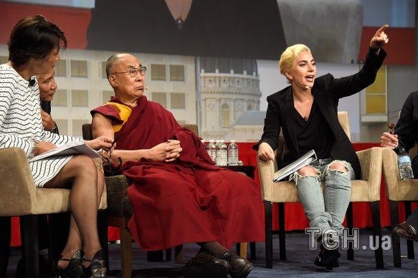 Несподівано: Леді Гага у дірявих джинсах поспілкувалася із Далай-ламою