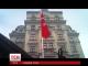 Українці несуть квіти до посольства Туреччини