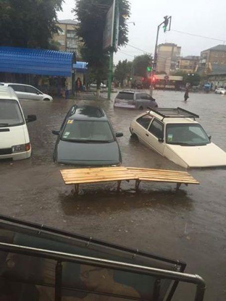 Потужна злива пройшла у Кам'янці-Подільському: затоплений ринок і плавучі автомобілі
