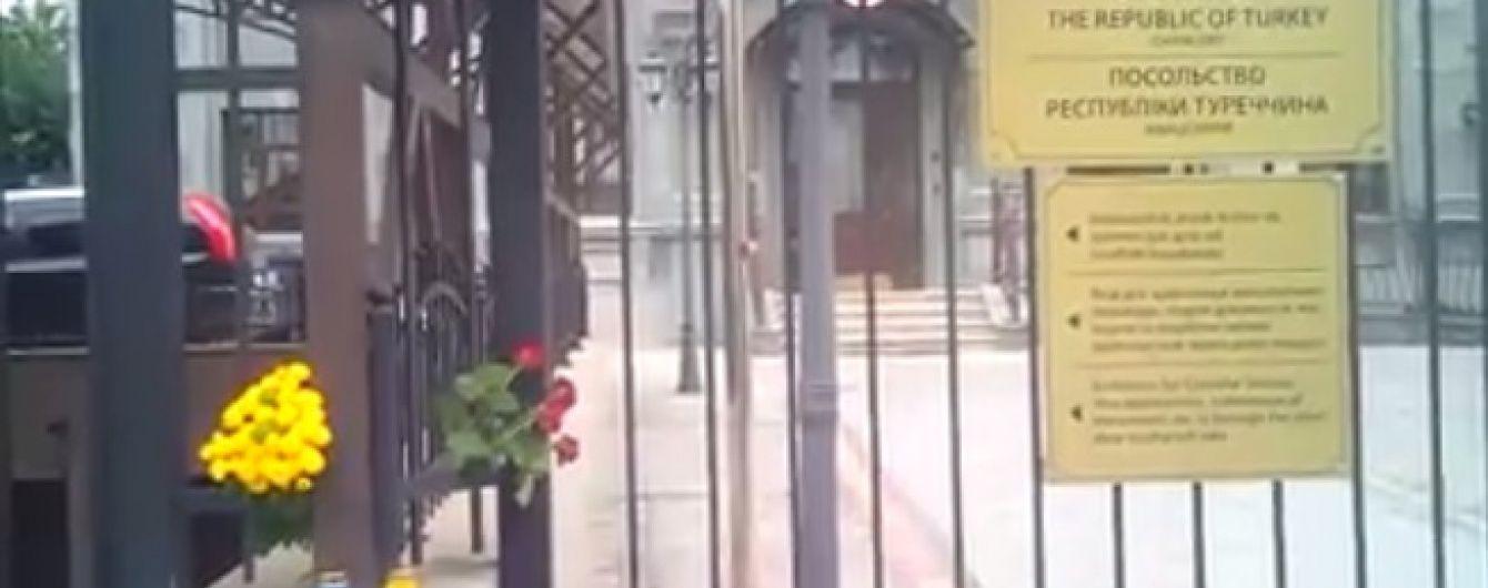 Шоковані терактами у Стамбулі українці несуть квіти до посольства Туреччини