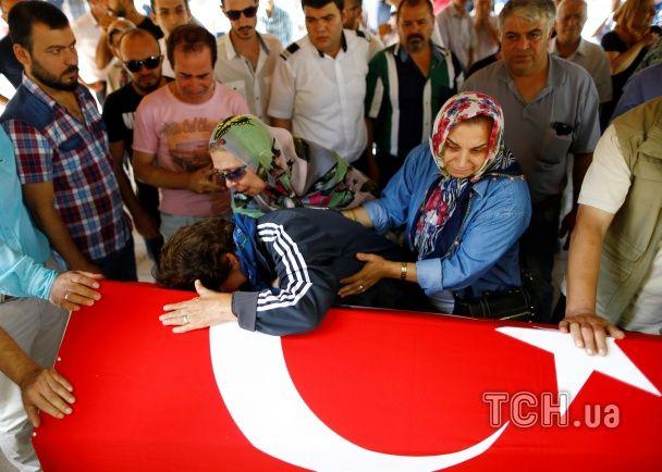 Згорьовані родичі і прапори із півмісяцем: у Стамбулі прощаються із жертвами теракту