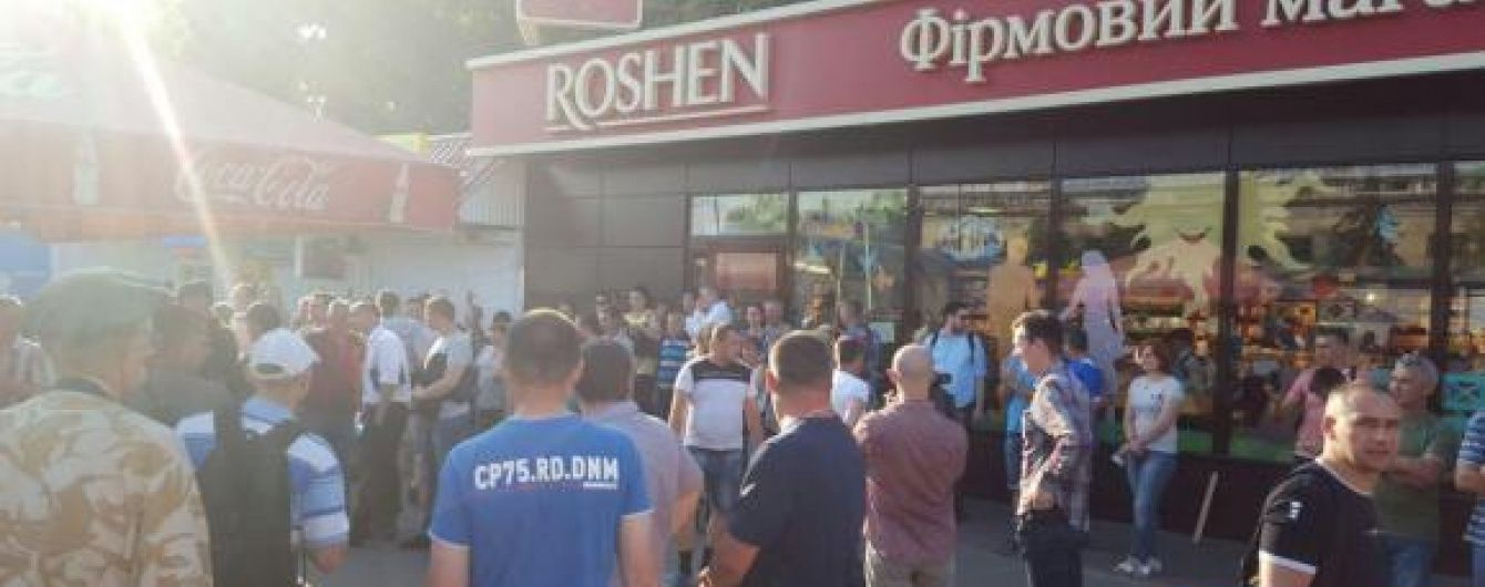 У Києві натовп людей не дає зруйнувати магазин Roshen