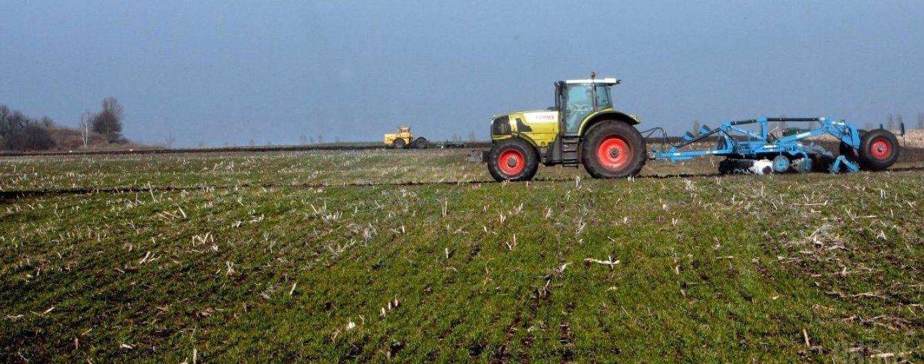 На Донеччині у полі підірвався трактор: відомо про двох постраждалих