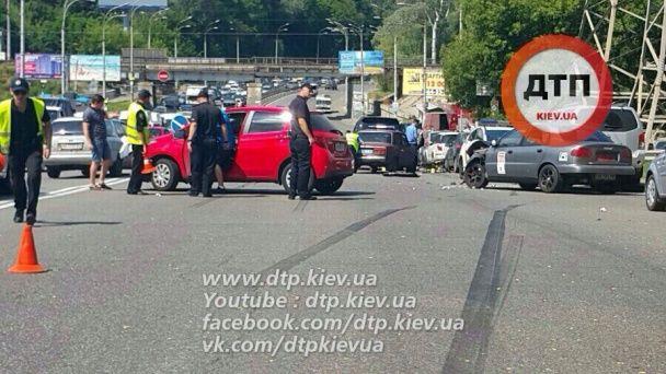 Подвійна ДТП у Києві: Opel зухвало розвернувся через подвійну смугу, а джип протаранив велосипед