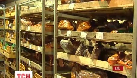 Клієнти київського супермаркету декілька днів спостерігали за щуром, який їв батон