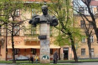 У Львові демонтують скандальний пам'ятник радянському поету