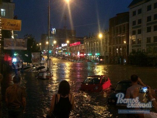 Потоп у Росії: вулиці Ростова перетворилися на річки, а влада ввела режим НС