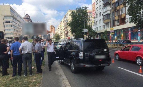 У центрі Києва невідомі на мотоциклі розстріляли водія джипа