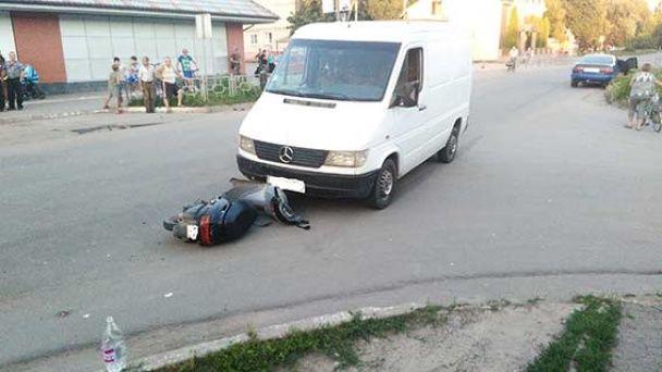 У Могилеві-Подільському п'яний депутат на мікроавтобусі збив підлітка