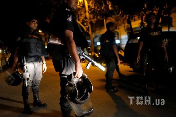 Поліція розпочала операцію по звільненню заручників у ресторані в Бангладеш