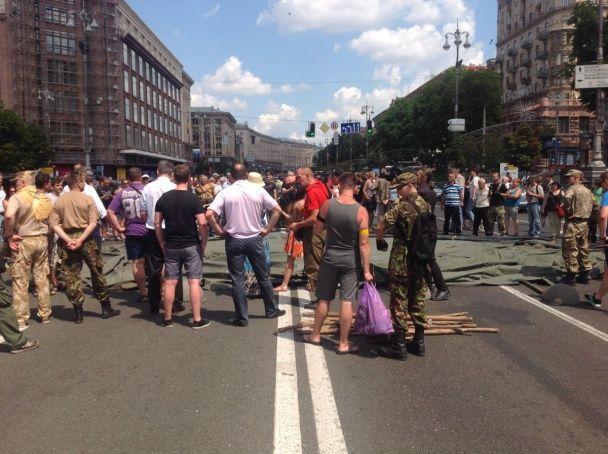 """Справа """"Баті"""". Активісти заблокували рух Хрещатиком і встановлюють намет"""