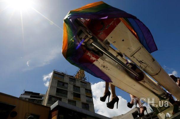 Веселкові прапори: у Венесуелі відбувся гей-парад