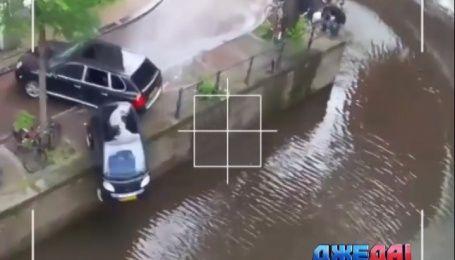 Уличные гонки в Амстердаме. Или эффектный полет малолитражки в реку