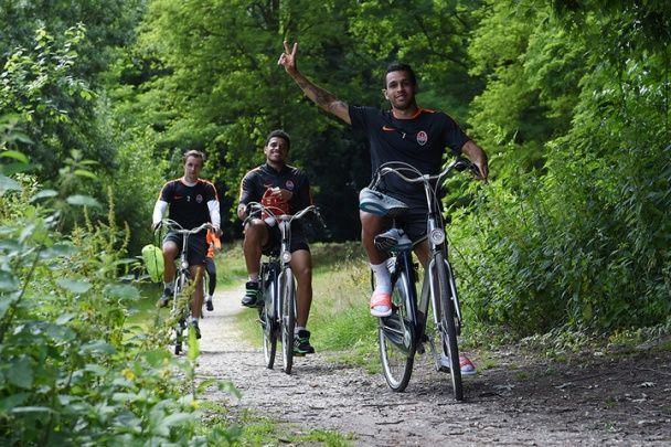"""Гравці """"Шахтаря"""" ганяють на тренування на велосипедах"""