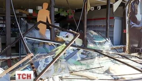 Підприємці розповіли, як о 4 ранку сотня людей зі спецтехнікою трощили магазин Roshen
