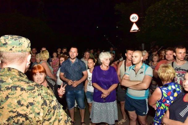 У Торецьку місцеві на чолі з колишніми в'язнями блокували українських військових