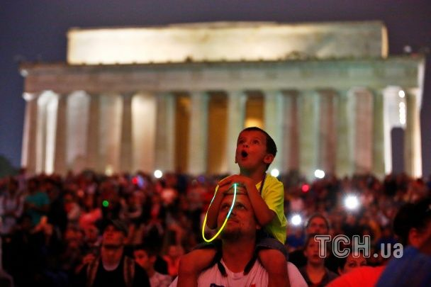Гарячі дівчата, парад і масштабний феєрверк: як в США святкували 240 років незалежності