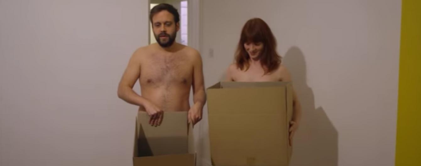 У Британії запустили новий соціальний експеримент, в якому люди живуть без гаджетів і одягу