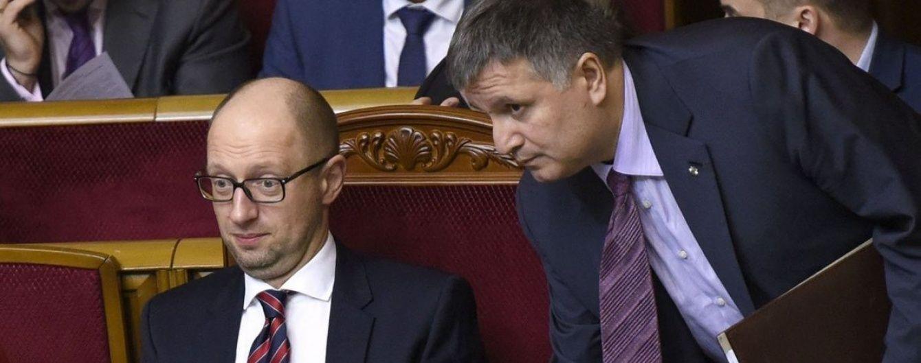 """""""Яценюк так стріляє, що ви очманієте"""". Аваков розповів, навіщо нагородив екс-прем'єра зброєю"""