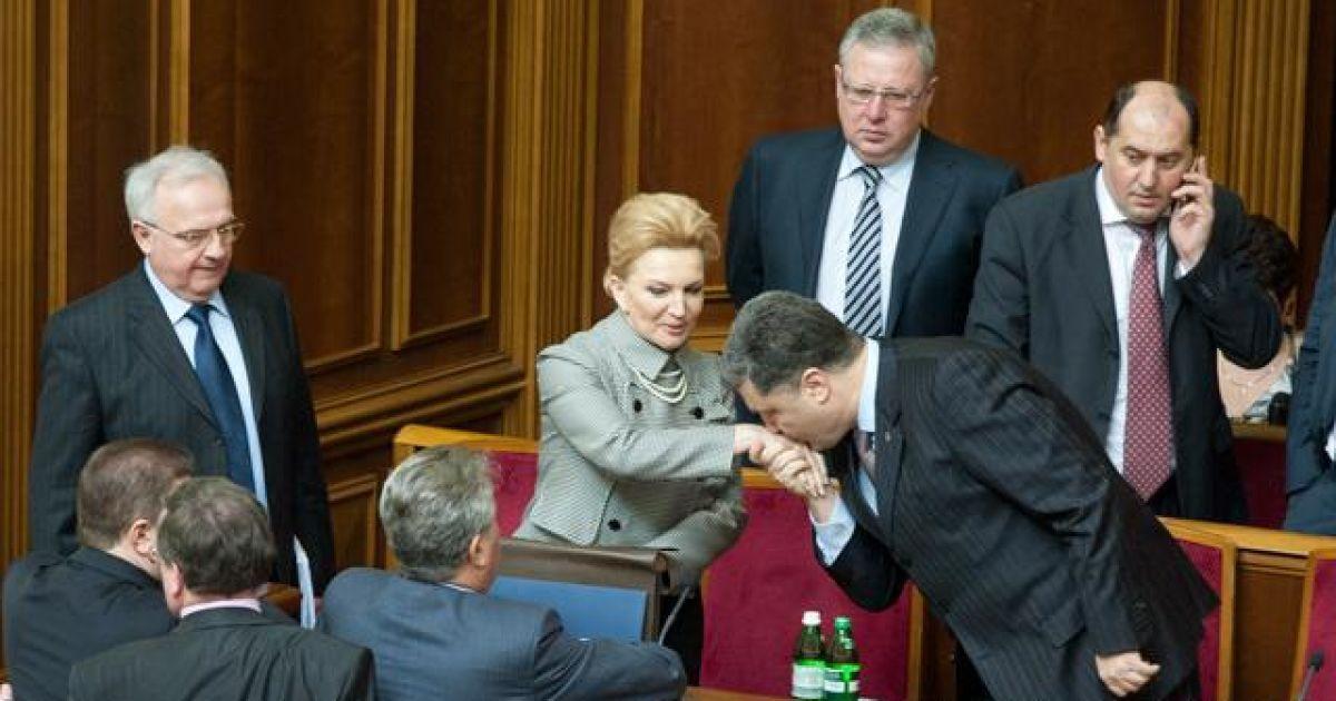 2007 год. Петр Порошенко целует руку Раисы Богатыревой