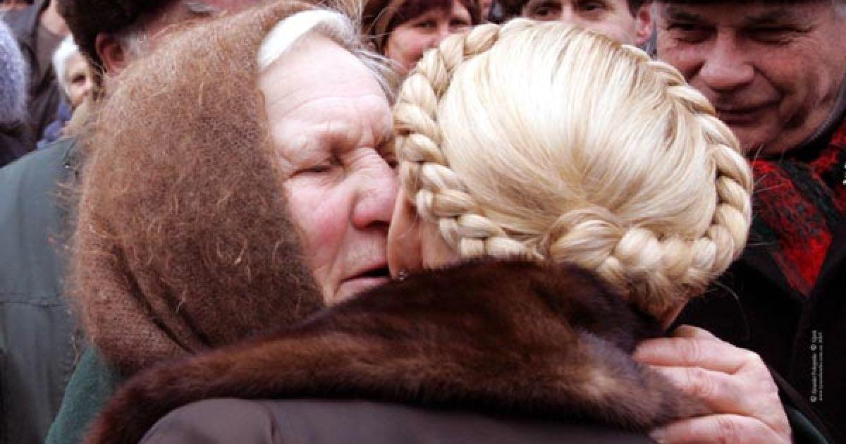 Юлія Тимошенко отримує поцілунок від шанувальниці