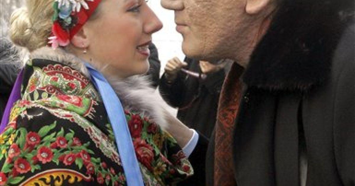 Віктор Ющенко полюбляє цілувати жінок з короваєм