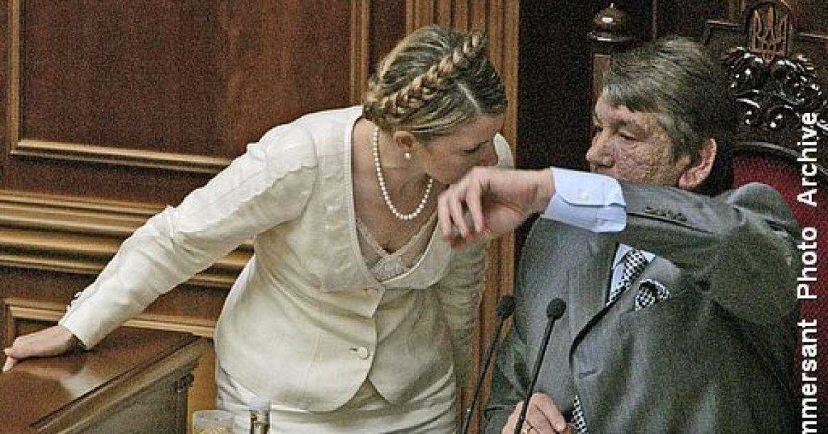 """Удачный ракурс из ложи прессы: Тимошенко """"целует"""" руку Ющенко"""