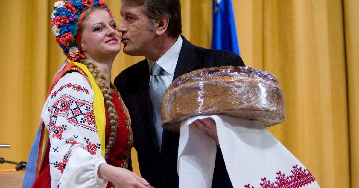 Виктор Ющенко любит целовать женщин с караваем
