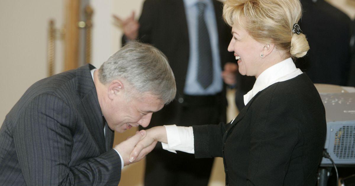 2007 год. Юрий Ехануров целует руку Раисы Богатыревой