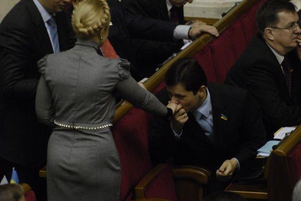 Ляшко з коровою, Порошенко з Богатирьовою. Найкращі фото поцілунків українських політиків