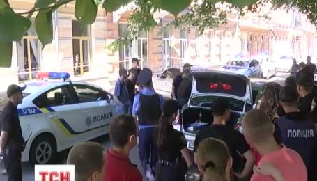 Кілька нарядів намагалися зупинити іномарку, водій якої навмисно наїхав на жінку