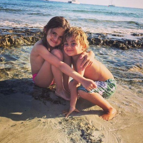 Струнка Амбросіо у купальнику відпочиває на пляжі з родиною