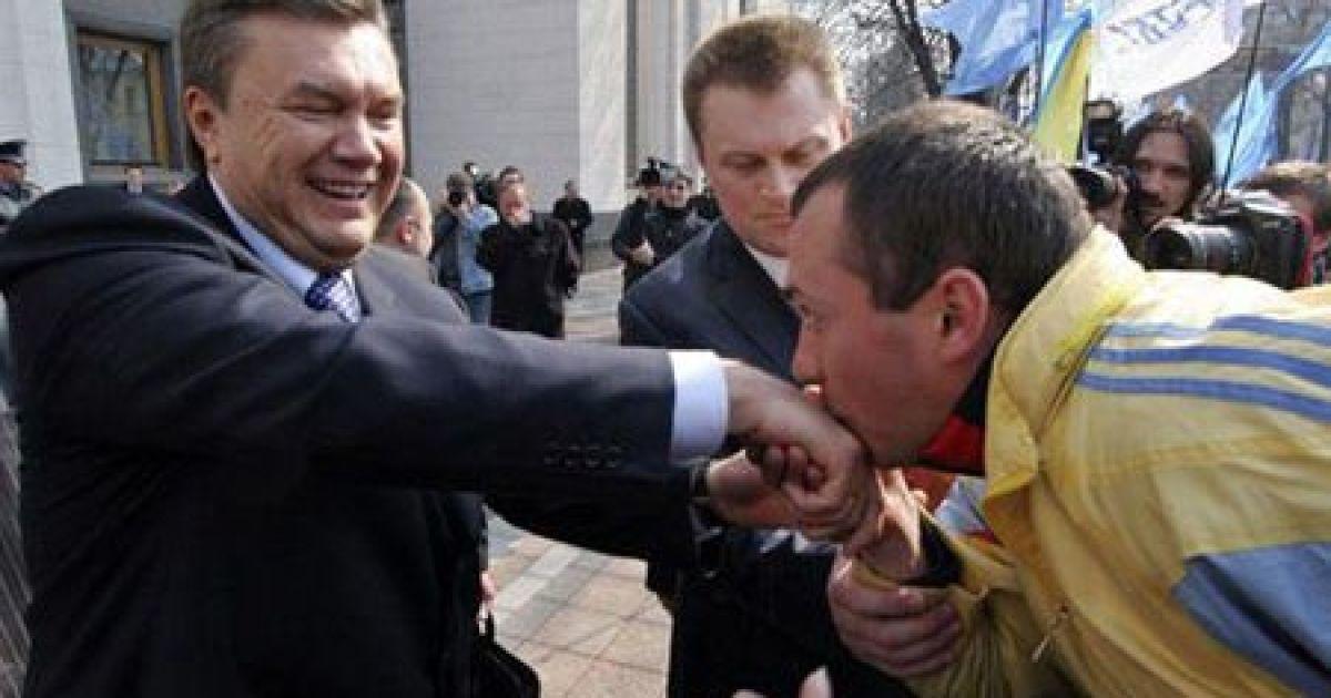 Віктор Янукович і його палкий шанувальник