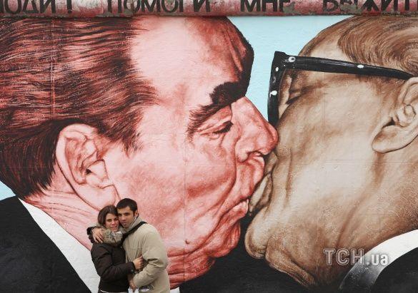 поцілунок Леоніда Брежнєва та Еріха Хонеккера