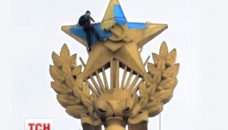 У Росії суд назначив компенсацію звинуваченим у справі пофарбування зірки на московській багатоповерхівці