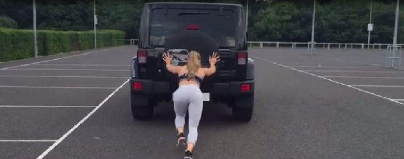 Мережу вразило відео привабливої бодибілдерки, яка штовхає джип