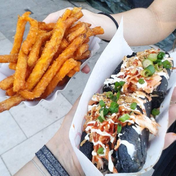 """У Японії 30-сантиметрові """"реактивні хот-доги"""" здивували своїм чорним кольором"""