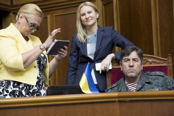 """Непристойні жести Пашинського й """"сидячий протест"""" Ляшка. Як сьогодні працюють депутати в Раді"""