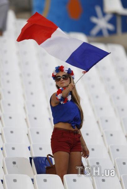 Французькі поцілунки та яскраві німкені. Найкращі уболівальниці Євро за 7 липня
