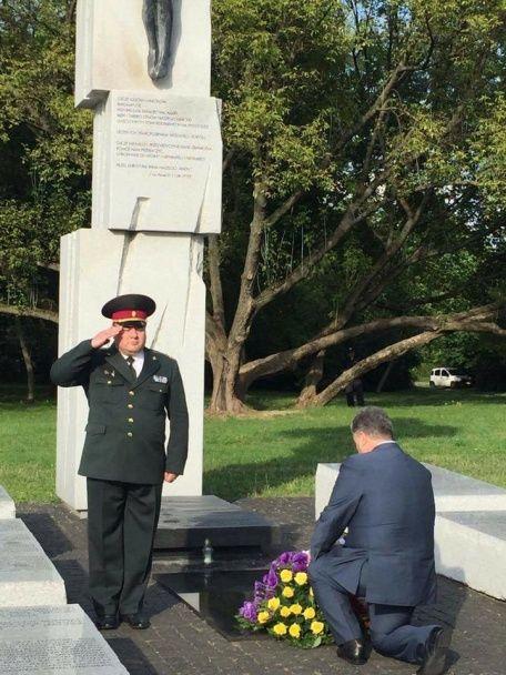 Порошенко встал на колени перед памятником жертвам Волынской трагедии