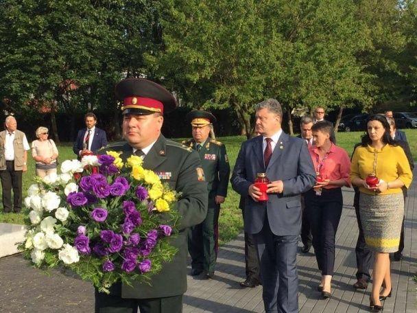 Порошенко встав на коліна перед пам'ятником жертвам Волинської трагедії